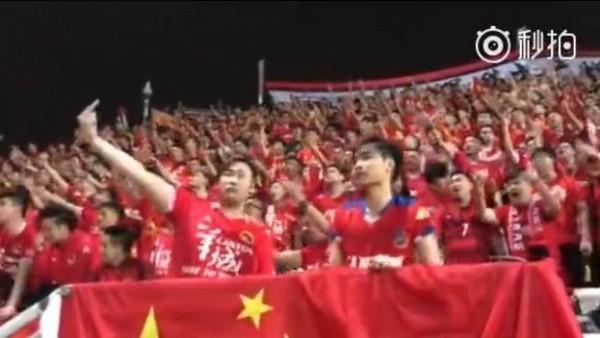 廣州恒大球迷在場內舉出「殲英犬、滅港毒」標語,還集體向港人大聲怒罵「X你老母」。(圖片擷取自網路)