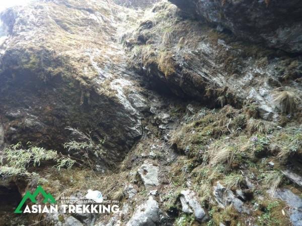 陡峭的山壁讓不慎跌落山谷的兩人只能待在原地等候搜救。(圖擷自Asian Trekking Pvt. Ltd.臉書)