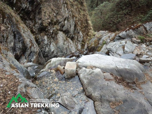 搜救人員先是發現有禿鷹在瀑布的上空附近盤旋,並在這處海拔高約3600公尺的瀑布下方的山谷發現梁聖岳及劉宸君。(圖擷自Asian Trekking Pvt. Ltd.臉書)