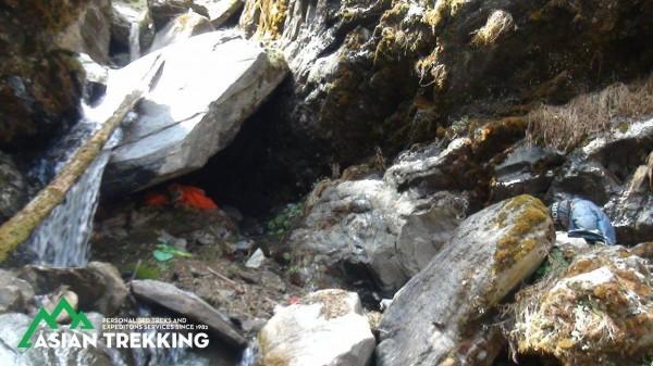 搜救人員就是在山谷的這處洞穴內發現梁聖岳及劉宸君。(圖擷自Asian Trekking Pvt. Ltd.臉書)