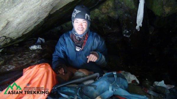 在搜救人員多日的搜尋後,本月26日時在喜馬拉雅山區某處瀑布下方的山谷內終於發現梁聖岳。(圖擷自Asian Trekking Pvt. Ltd.臉書)