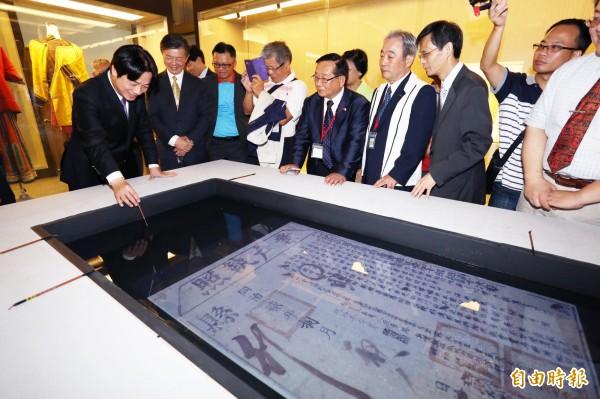 台南市長賴清德在互動習字台上寫下「賣身契」三字,民眾勸進要他賣給台灣。(記者劉婉君攝)