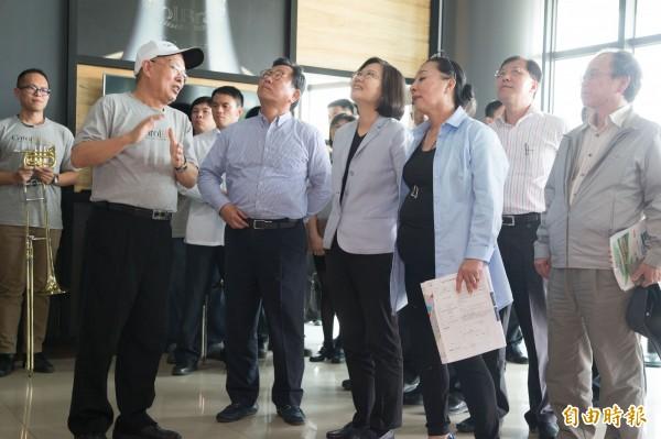 總統蔡英文聽取卡羅爾銅管樂器觀光工廠簡介。(記者蔡宗勳攝)