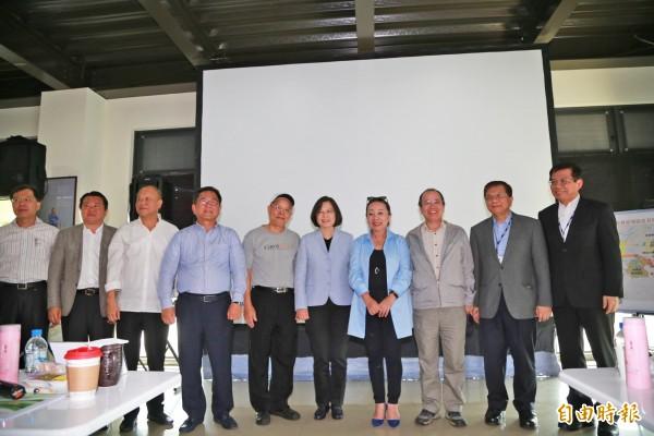 總統蔡英文參訪大埔美工業區和地方人士合影。(記者蔡宗勳攝)