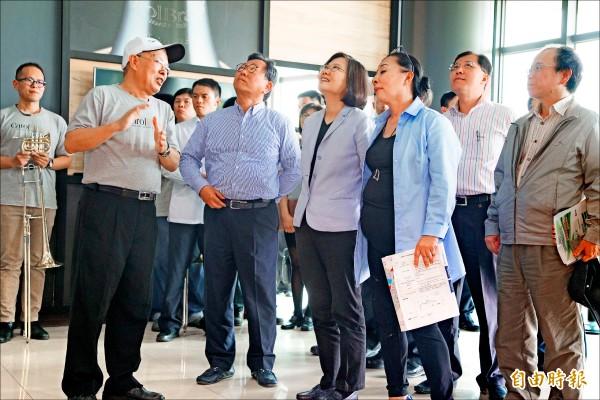 蔡英文總統訪視大埔美精密機械園區,聽取卡羅爾銅管樂器觀光工廠簡介。(記者蔡宗勳攝)