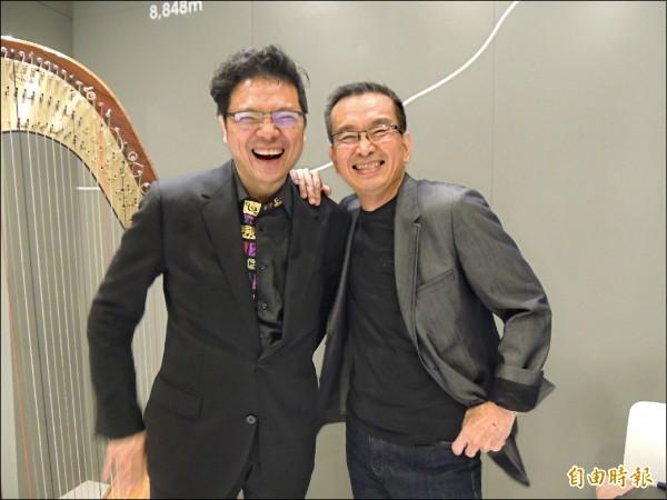 灣聲樂團創辦人、作曲家李哲藝(左)所編譜的台灣古典樂,打動台北旅店管理公司董事長戴彰紀。(記者楊媛婷攝)