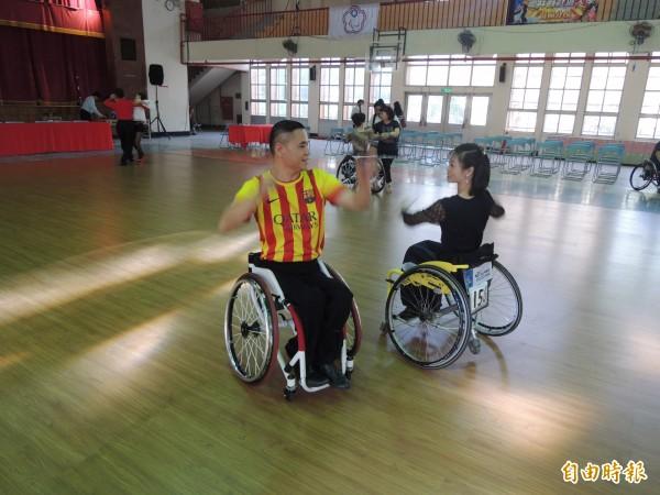 全國會長盃舞蹈錦標賽今登場,身障選手在現場展現曼妙舞姿。(記者陳燦坤攝)