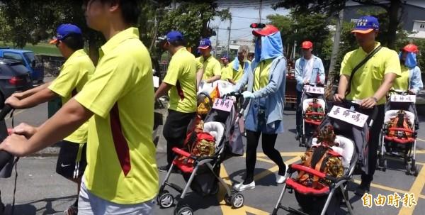 彰化秀水義興村聖靈宮今天遶境義興村,6尊明神坐在嬰兒車上,超級吸睛。(記者劉曉欣攝)