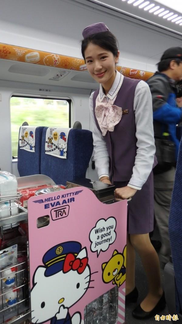 台鐵去年5月推出「網路訂票預訂便當」服務,廣受好評。圖為台鐵Hello Kitty彩繪列車上販售便當。(資料照)