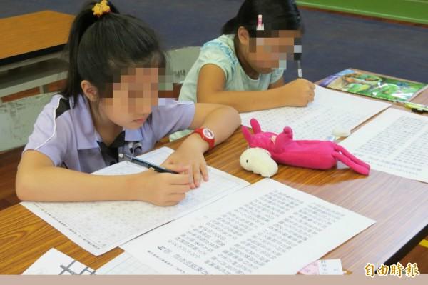 小學生嗎?中國有間銀行竟要求旗下員工,手抄《違規行為處理辦法》。示意圖,與新聞無關。(資料照,記者張協昇攝)