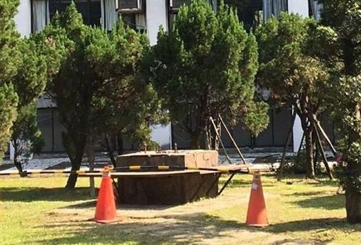 輔仁大學蔣介石整座銅像遭移除,目前為止不確定是校方,還是其他人所拆除。(圖擷取自無限期支持-全台裝置藝術