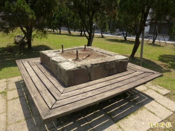 輔仁大學利瑪竇大樓旁廣場上的蔣中正銅像,校方已完成拆除作業。(記者李雅雯攝)