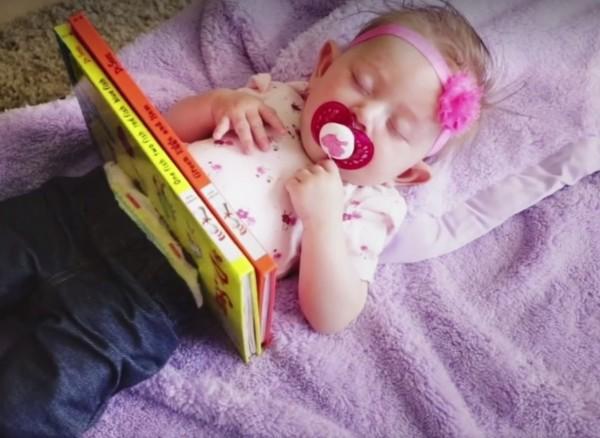 魔術師爸爸弗洛姆(Justin Flom)對自己的女兒施展魔術。(圖擷自臉書)