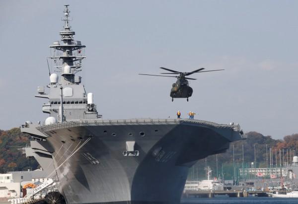日本海上自衛隊最大護衛艦,「直升機航空母艦」出雲號今日協防美軍海上任務。(圖擷自(路透)