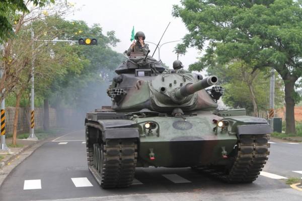 過去軍方害怕擾民及發生意外,重型裝甲車輛演訓通常都在夜間行動,但馮世寬認為,演習沒有必要偷偷摸摸,下令營外戰備訓練恢復白天操演。(十軍團提供)