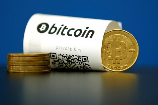 比特幣價格飆漲,週二再創天價,1枚比特幣比1英兩黃金現貨還貴約5600元台幣。(路透)