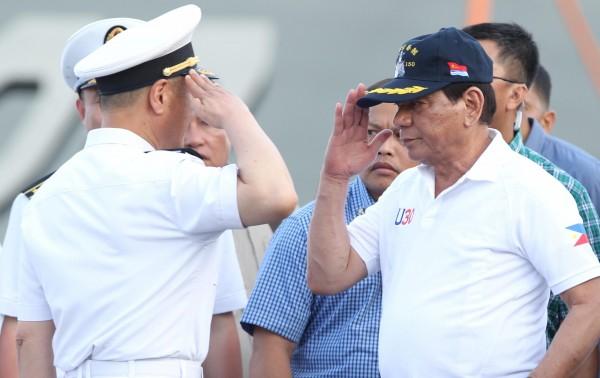 杜特蒂會面中國海軍。(路透)