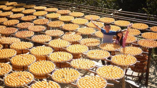 新竹縣政府文化局製作的微電影「汽水瓶裡的約定」中的曬柿餅場景,是近幾年來網路上爆紅的人氣景點。(擷取自「汽水瓶裡的約定」片中畫面)
