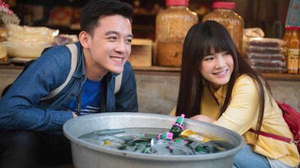 新竹縣政府文化局製作的微電影「汽水瓶裡的約定」,邀青春偶像擔綱演出,鎖定年輕客群行銷在地美景美食。(擷取自「汽水瓶裡的約定」片中畫面)