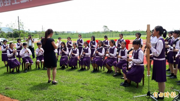 豐田棒壘球場上午啟用,豐田國小直笛隊演奏。(記者黃明堂攝)