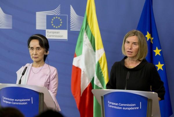 翁山蘇姬(左)反對歐盟外長茉格里尼(右)對於調查緬甸「種族清洗」的提議。(美聯社)