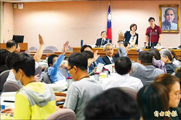 立法院司法及法制委員會審查年金改革法案,在場委員舉手表決法案版本。(記者陳志曲攝)