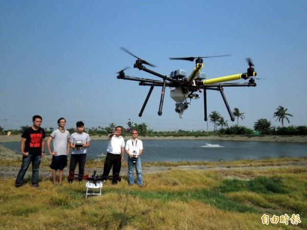 台灣首創水產養殖利用無人機投料養魚,今天首航試飛過程相當順利。(記者蔡文居攝)