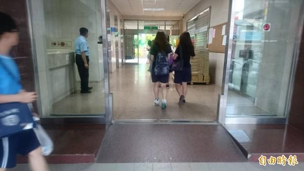 女校高中老師說,補教狼師性侵、性騷女學生固然可怕,但更可怕的是「合意性交」卻無法可管。(記者王捷攝)