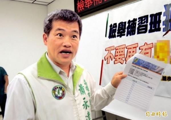 高雄市議員蕭永達率先公布狼師姓名。(記者王榮祥攝)