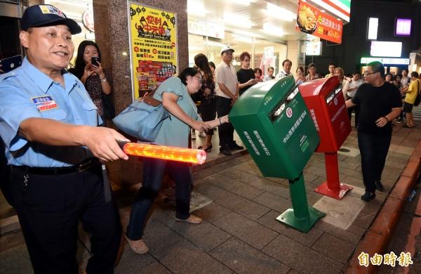 前年蘇迪勒颱風重創台灣,更吹出了「歪腰郵筒」,民眾爭相合影,還得出動保全維持拍照秩序。(資料照,記者朱沛雄攝)