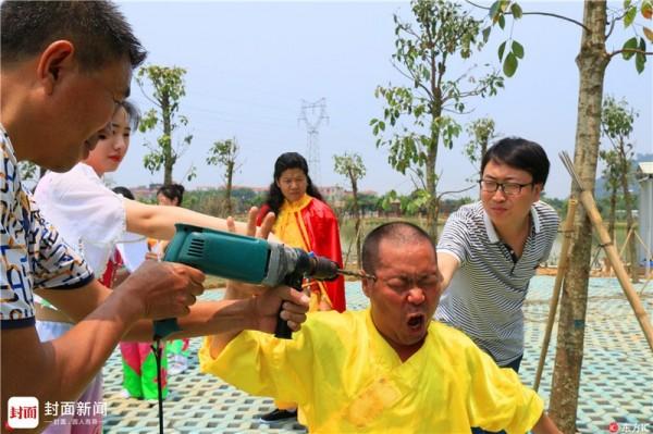 胡瓊以鐵布衫功夫聞名,這招「電鑽太陽穴」是他的招牌技。(圖擷自「凱迪社區」)