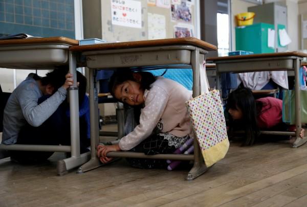 日本總務省公佈最新數據,顯示截至今年4月1日,日本15歲以下兒童人數為1571萬人,比去年少了17萬人,為連續36年減少。圖為東京的小學生在進行防災演練。(路透)