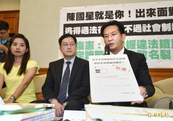 立委林俊憲(右)指出,衛福部當初其實是用Line指揮封鎖林奕含的新聞報導。(資料照,記者方賓照攝)
