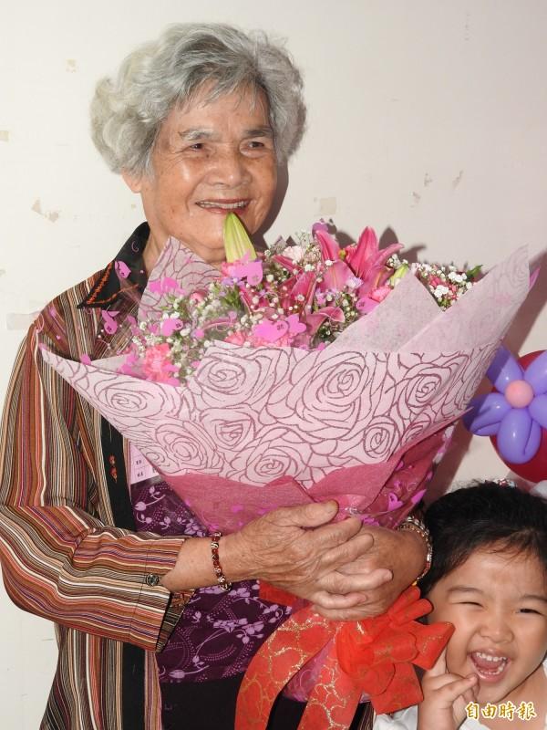 埔里鎮公所表揚模範母親,80歲的豹阿滿因姓氏特殊,成為另類焦點。(記者佟振國攝)