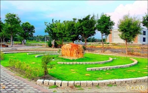 埔心第五公墓生命紀念園區,種植綠樹與草皮,宛若一座公園。(記者陳冠備攝)