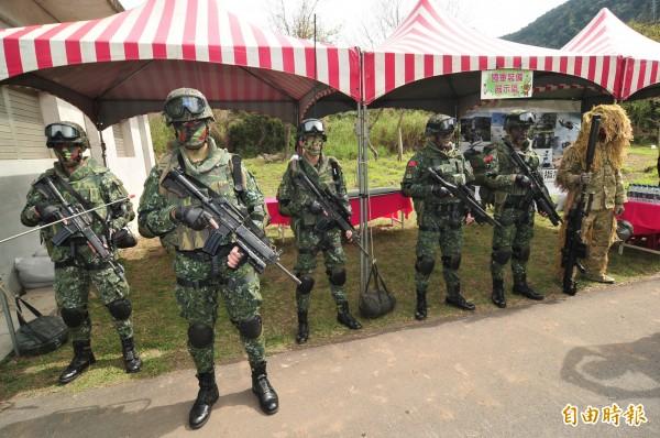 陸軍谷關特戰中心傳出步槍槍機遺失,圖為營區舉辦裝備展示。(記者李忠憲攝)