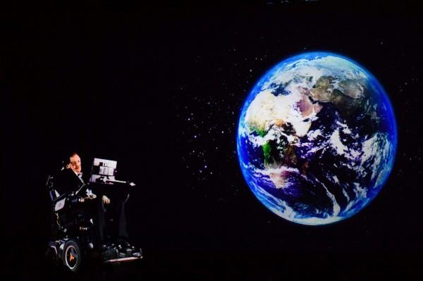 現年74歲的英國著名物理學大師霍金警告,人類在地球上生活的年限僅剩下100年。(法新社)