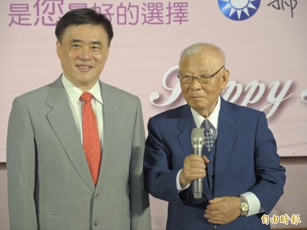 郝龍斌昨天請出許歷農站台,爭取黃復興系統支持。(記者翁聿煌攝)