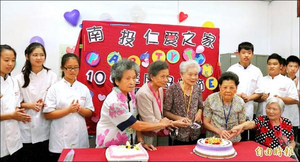 南投仁愛之家昨舉辦慶祝母親節活動,中興國中食品技藝班學生製作蛋糕表達祝福之心意。(記者謝介裕攝)
