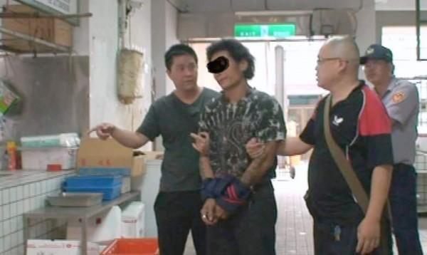 南投縣警察局南投分局偵破菜市場竊刀大盜案,將嫌犯李姓男子逮捕到案。(記者謝介裕翻攝)