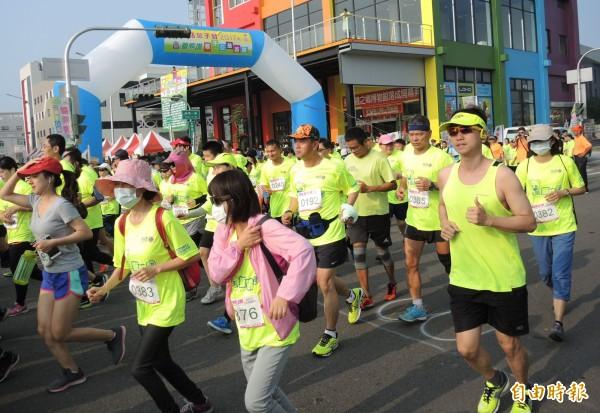 路跑活動吸引1千多名民眾報名參加。(記者陳冠備攝)