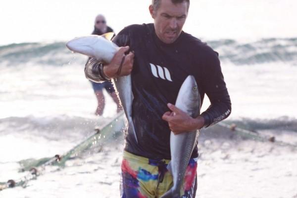 澳洲西南部的帕里海岸每年4、5月有超過3000噸的野生鮭魚來此處繁衍,但是這些野生鮭魚卻乏人問津。(圖擷自《ABC》)
