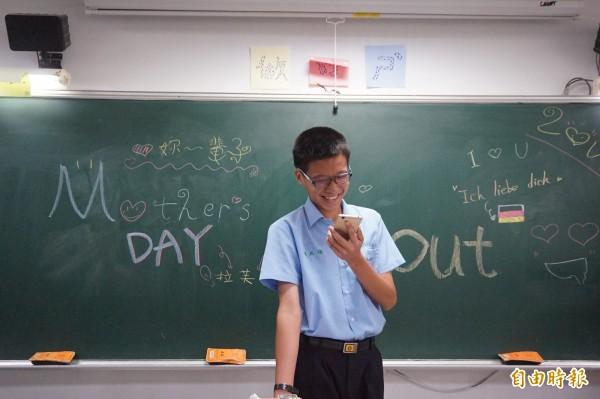 弘文中學舉辦「弘文MaMa true電love~ callout、神秘嘉賓Surprise」活動 ,學生打電話祝媽媽「母親節快樂」,並表達愛意。(記者歐素美攝)