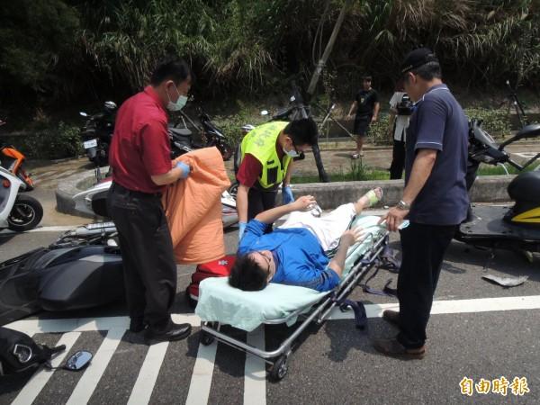 受傷的大學生,緊急送醫治療。(記者張勳騰攝)
