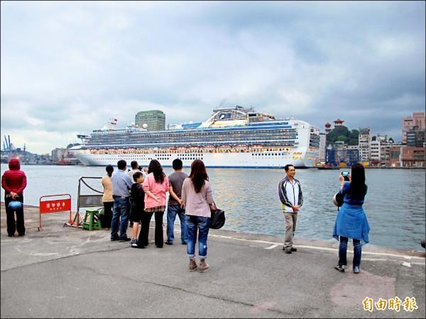 近年來,基隆港停靠的郵輪越來越多,噸位也越來越大。 (記者俞肇福攝)
