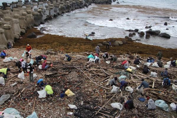 海洋垃圾問題嚴重,新北市府祭出奇招,於境內漁港設立「藍海資收站」,號召漁民將大海的垃圾帶回,兌換民生用品。(環保局提供)