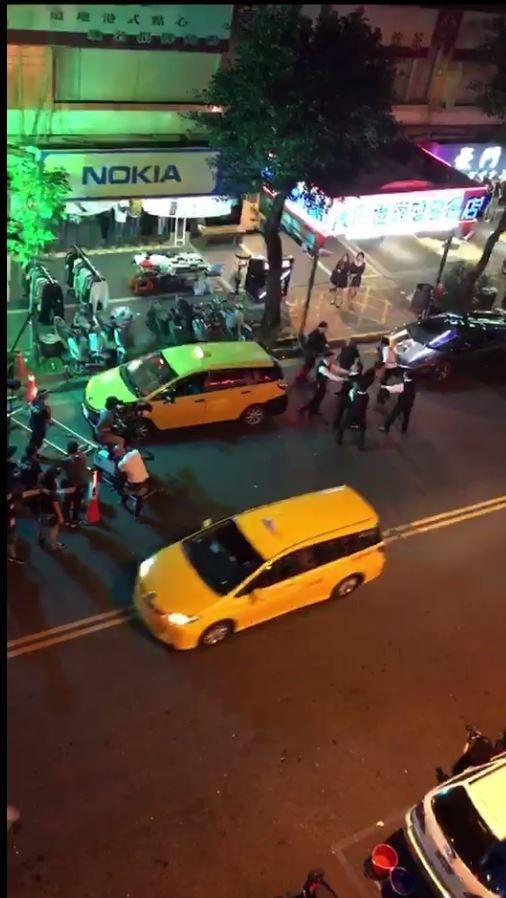 有民眾拍下清晰畫面在網路瘋傳,畫面顯示今日凌晨1時左右,在林森北路410號前發生槍擊兇殺事件。(記者劉慶侯翻攝)