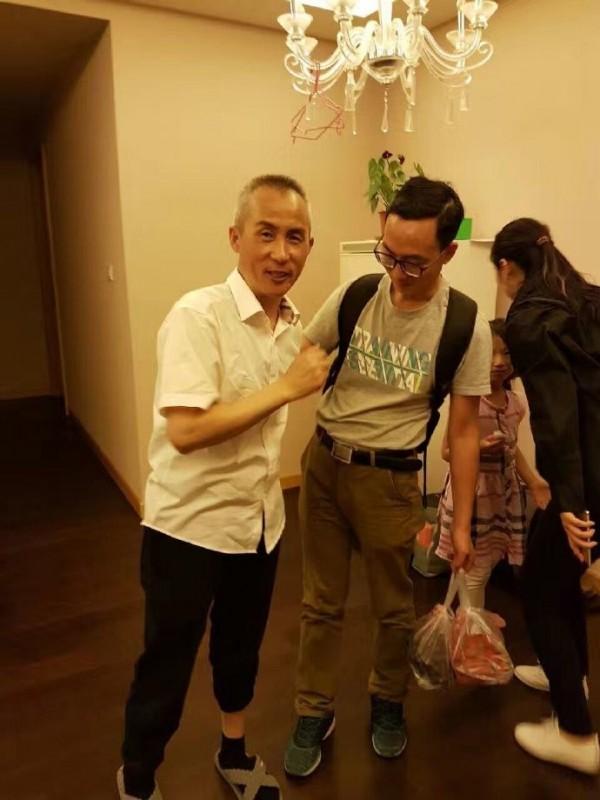 中國維權律師李和平於本月9日被當局送回位於北京的家中,親友都前來與他相會。(圖擷自微博)