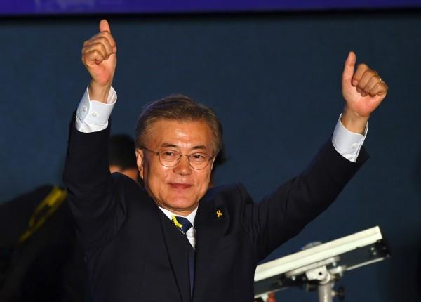 文在寅當選韓國新總統,卻要面臨內政外交上的窘境。(法新社)