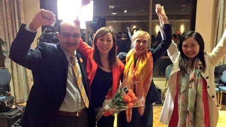 加拿大卑詩省昨舉行省議員大選,其中有3名同為女性的台裔候選人成功當選,分別為康安禮(圖右) 、陳葦蓁(圖左二)及馬博文。(圖擷自CBC British Columbia推特)
